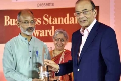 Ved-receiving-the-SE-Award-from-FM-1-1